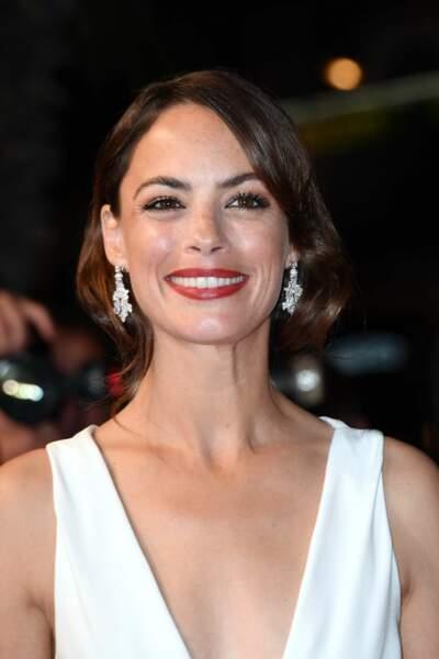 Berenice Bejo, élégante dans une coiffe ondulée à la hollywood