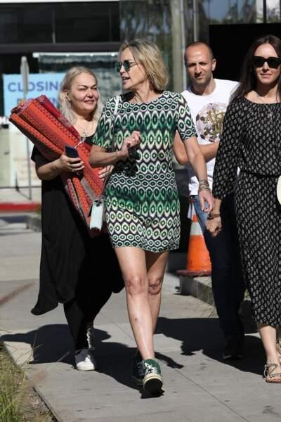 Sharon Stone portait une robe droite colorée, dans les tons verts