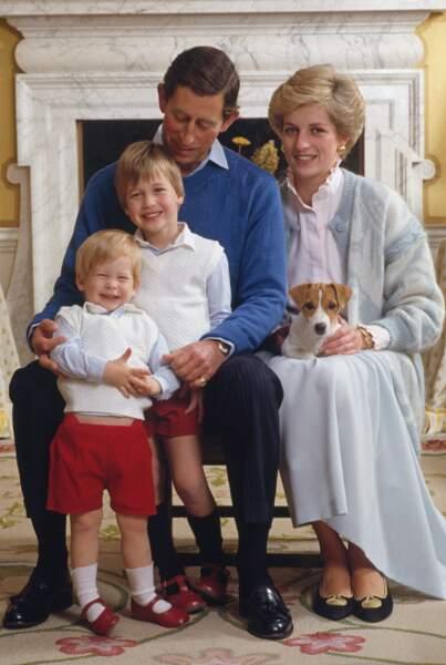 Charles, Diana, William et Harry avec leur chiot, un Jack Russell prénommé Tigga, à Kensington Palace en 1986