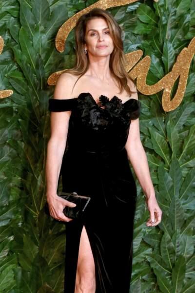 une robe bustier en velours, décolletée et fendue pour Cindy Crawford