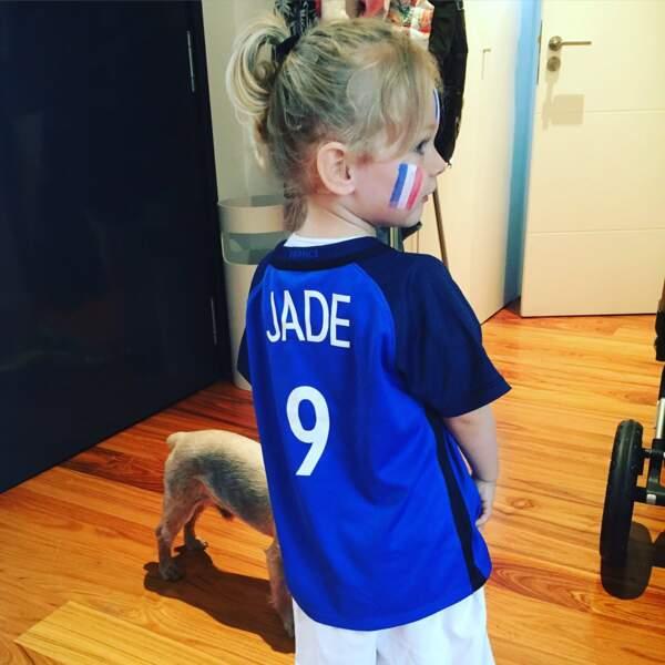 La petite Jade Giroud et son maillot de l'équipe de France, pendant l'Euro 2016