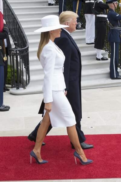 Melania Trump en ensemble blanc Michael Kors et chapeau Hervé Pierre, le 24 avril 2018 à la Maison Blanche