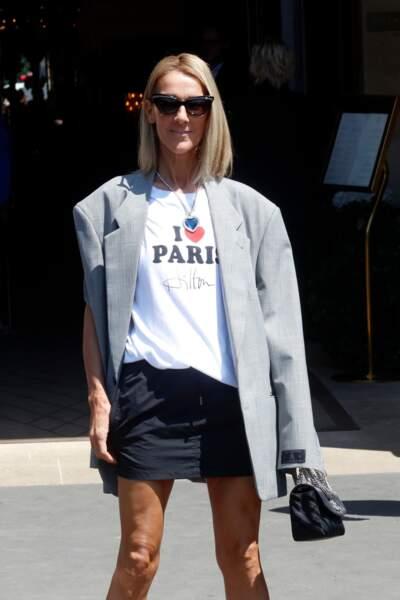 Un carré lisse pour Céline Dion qui dynamise son look.
