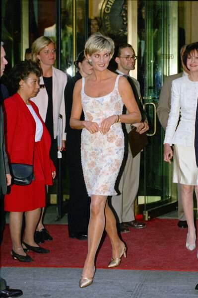 La princesse à un gala de charité, sublime dans cette petite robe de coktail