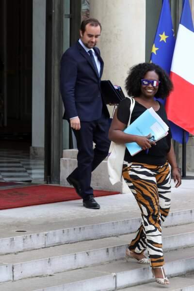 En plus de ses lunettes, Sibeth Ndiaye portait un t-shirt noir et un pantalon à l'imprimé animal