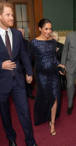 Meghan Markle moule son ventre rond dans une robe scintillante et fendue Roland Mouret le 16 janvier