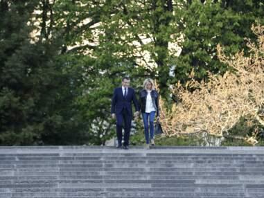En jean et veste en cuir, Brigitte Macron main dans la main avec le Président de la République