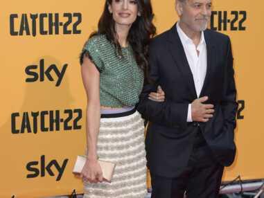 PHOTOS - Amal Clooney sexy en cropped top et mini-jupe aux côtés de George Clooney à Rome