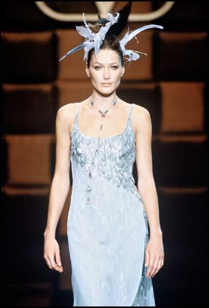 Bientôt trentenaire, Carla Bruni défile encore pour la haute couture, à Paris.