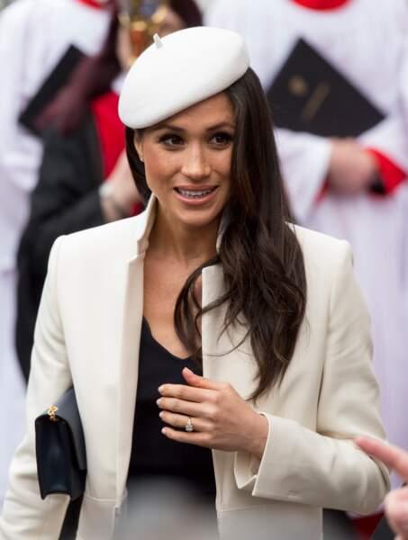 """Coiffée d'un béret Stephen Jones, Meghan Markle est très élégante au """"Commonwealth Day service"""" le 12 mars 2018"""