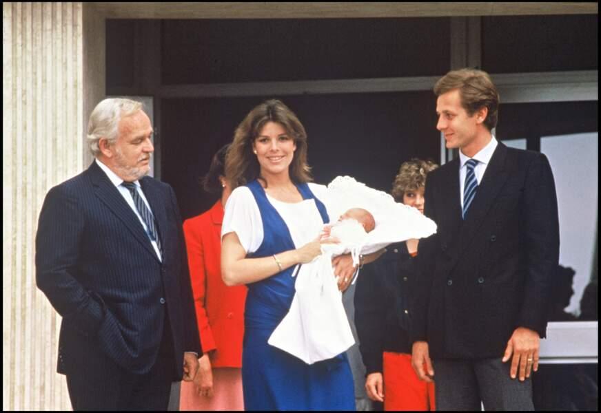 Le prince Rainier, Caroline et Stefano Casiraghi, sortant de l'hôpital après la naissance d'Andrea, en 1984