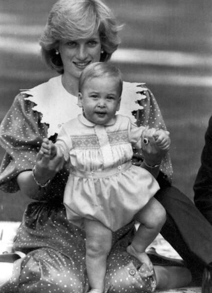 Lady Diana et son fils le prince William, lors d'un voyage officiel en Nouvelle-Zélande, en 1983