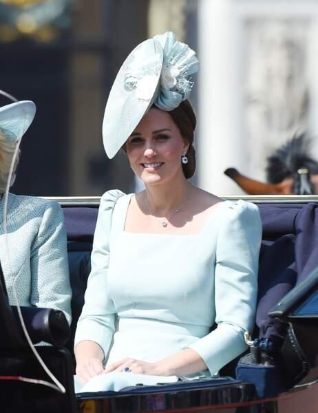 Kate Middleton radieuse en robe Alexander Mc Queen qui souligne sa taille retrouvée