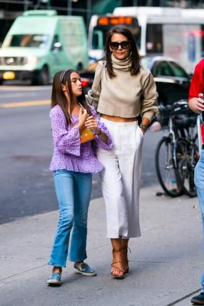 Pantalon blanc tendance, cropped top et sandales à lien pour Katie Holmes, le 22 août 2019