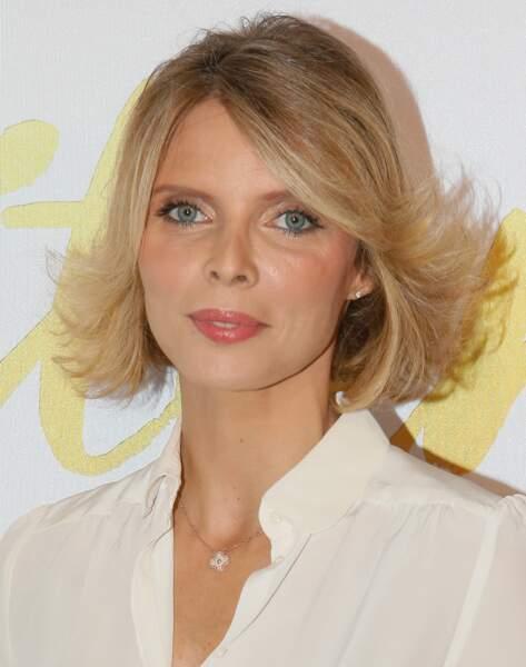 Sylvie Tellier et son blond foncé doré, classique et élégant