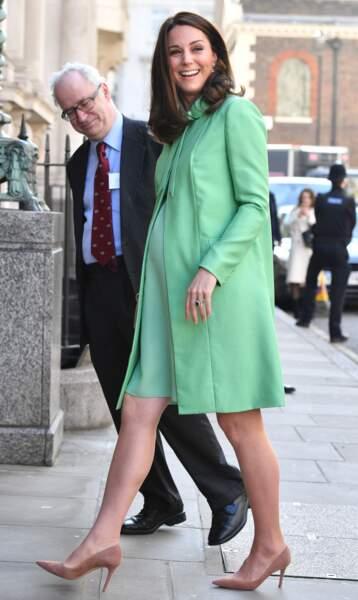 Kate Middleton en ensemble vert menthe Jenny Packham, à la Société Royale de Médecine à Londres le 21 mars 2018