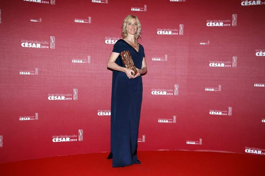Sandrine Kiberlain en robe longue bleue nuit Balenciaga, pose avec le César de la meilleure actrice en 2014