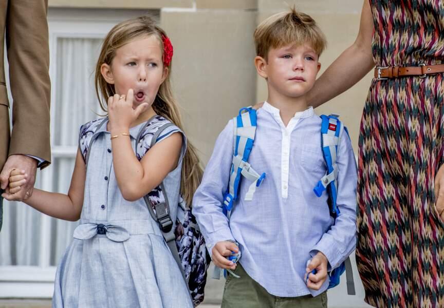 Le prince Vincent de Danemark, en larmes, et sa soeur Joséphine le jour de la rentrée scolaire, le 15 août 2017