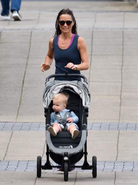 Pippa Middleton fait son jogging avec bébé Arthur le long de la Tamise, à Londres, le 6 août 2019.