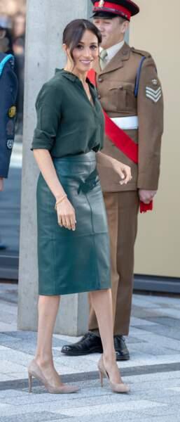 En 2018, Meghan Markle adopte la jupe en cuir dans un total look vert émeraude réhaussé par des escarpins nude.