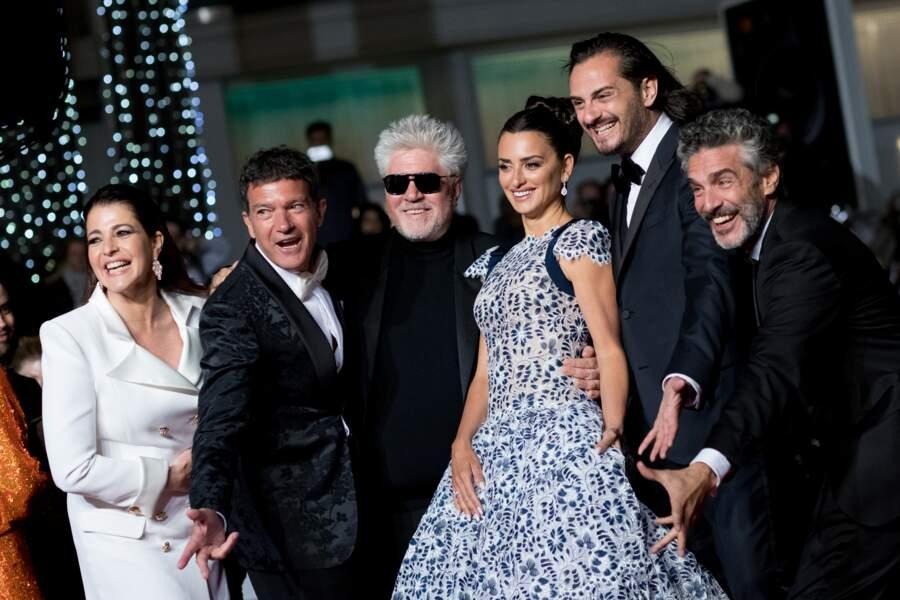 """Penélope Cruz entourée de l'équipe du film """"Douleur et gloire"""" de Pedro Almodovar."""