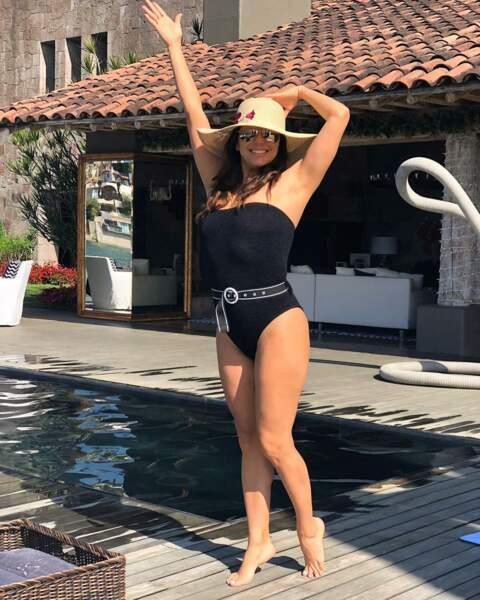 L'actrice Eva Longoria prend un bain de soleil en maillot une pièce chic et sexy
