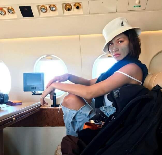 Dans l'avion, rien de mieux pour garder un teint frais qu'un masque revigorant et Bella Hadid l'a compris.