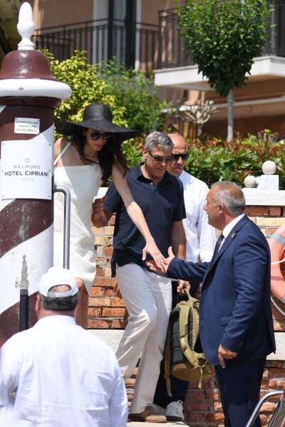 Amal Clooney a choisi un look sobre mais chic à Venise avec son mari George