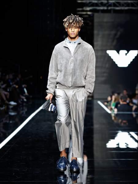 L'élégance masculine mixe classique et streetwear pour la saison printemps-été 2019 chez Emporio Armani.