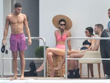 Photos - Kendall Jenner : à Cannes, elle s'éclate sur un yacht dans un superbe maillot de bain rose