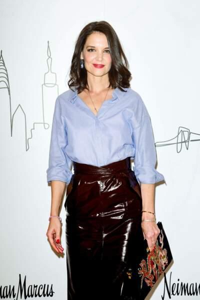 Katie Holmes ravissante avec son carré long et sa chemise rentrée dans une longue jupe en cuir  Zeynep Arçai