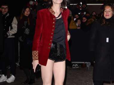 PHOTOS - Charlotte Gainsbourg en mini short, elle enflamme le défilé Saint Laurent