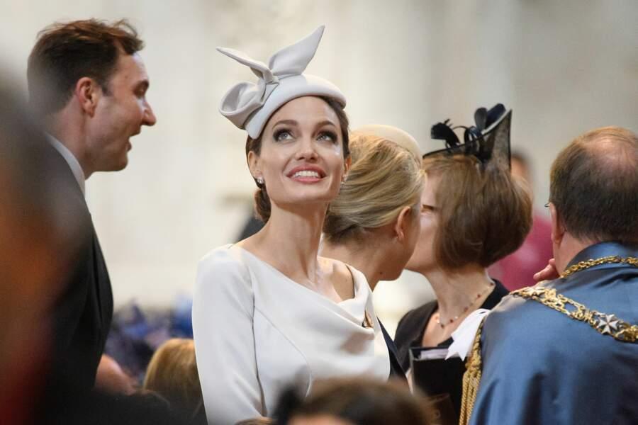 Angelina Jolie porte très bien le chapeau de biais