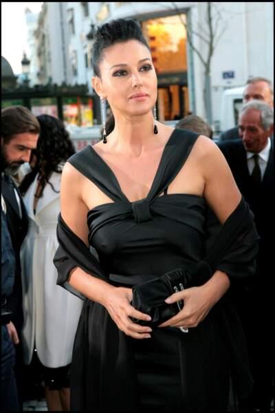 """Chose rare, Monica Bellucci s'attache les cheveux et dévoile son beau visage pour la première du film """"Le deuxième souffle"""" à Paris tourné en 2007"""