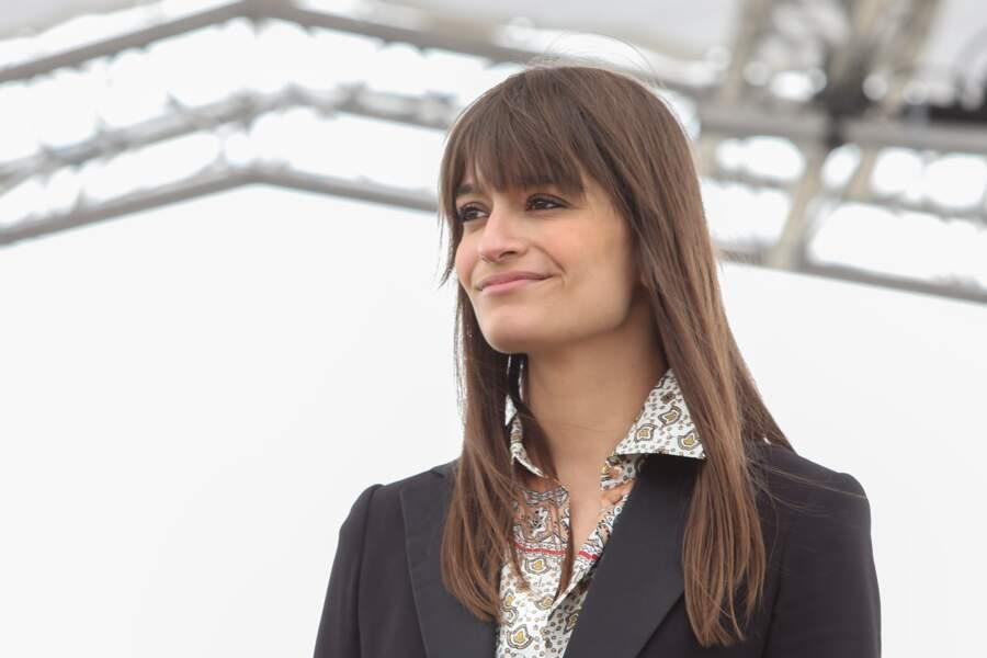 La chanteuse Clara Luciani  au naturel lors du prix de Diane Longines à l'hippodrome de Chantilly, le 16 juin 2019.