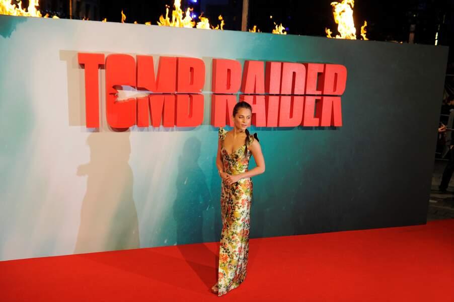 """Alicia Vikander en robe de soie Louis Vuitton, lors de la première de """"Tomb Raider"""" à Londres, le 6 mars 2018"""