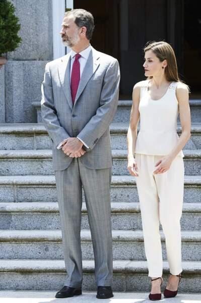 Virginale en total look blanc, en top et pantalon ample