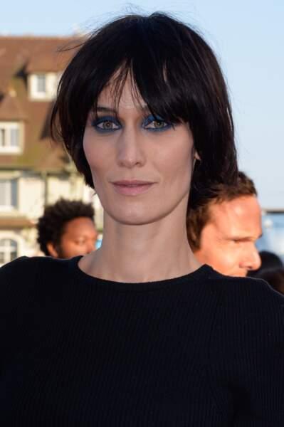 Clotilde Hesme joue le bleu outremer pour ses yeux verts