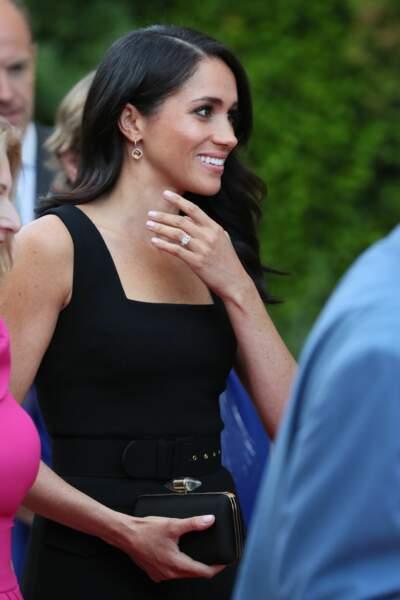 L'épouse du prince Harry rayonnante, arbore sa bague de fiançailles