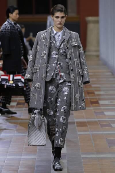 Thom Browne propose des tenues inspirées de l'univers masculin, aux motifs punk pour la saison Automne-Hiver 2019.