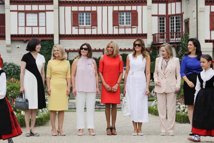 Brigitte Macron entourée des autres conjoints en marge du G7, à Espelette, le 25 août 2019.