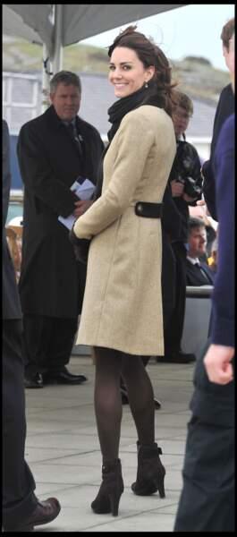 Le manteau en tweed version mi-longue et coupe cintrée, porté par Kate Middleton en 2011