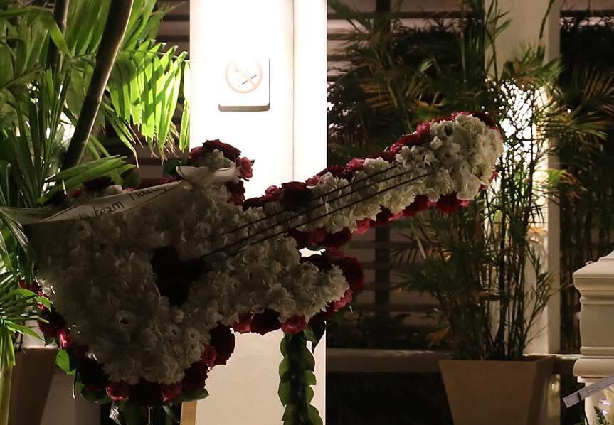 Une composition florale en forme de guitare pour saluer la mémoire de l'éternelle idole des jeunes.
