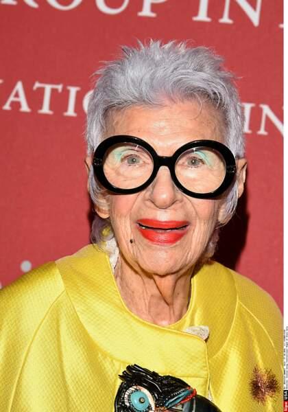 iris Apfel, l'icône des médias a fait de ses cheveux et de ses lunettes ses meilleures armes