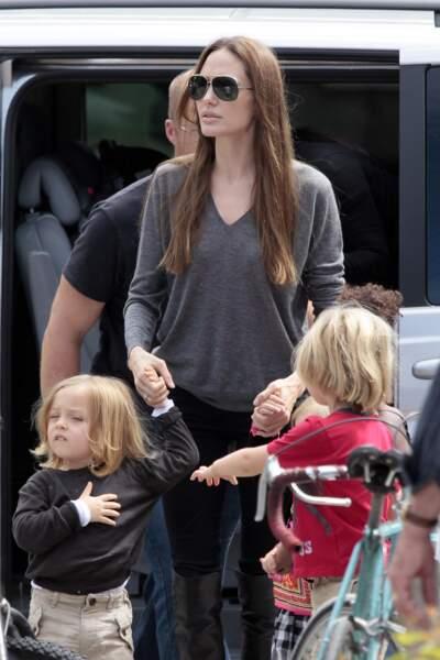 Knox, avec sa mère et sa soeur Shiloh, à Londres, en juillet 2011. Le garçonnet aurait pour parrain le rocker Bono.