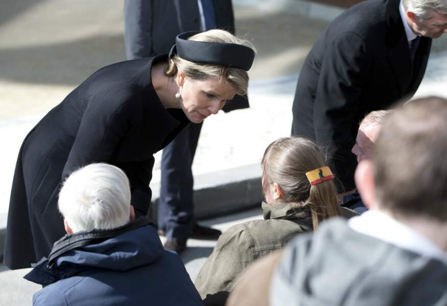La reine Mathilde réconforte des victimes des attentats de Bruxelles du 22 mars 2016.