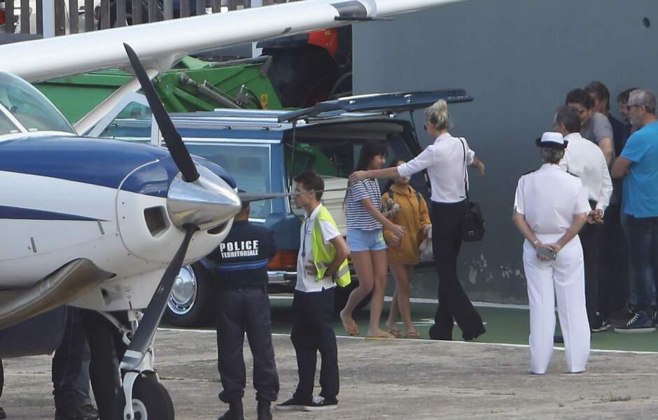 Laeticia, Joy et Jade émues devant le cercueil de Johnny Hallyday à l'aéroport de Saint-Barth