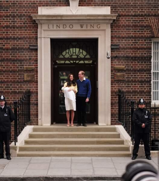Le prince William et Kate Middleton devant l'hôpital St-Mary de Londres en 2015, après la naissance de Charlotte