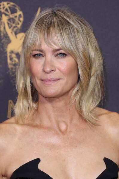 52 ans, une peau moins ferme, des rides qui étoilent le bas du visage mais uen Robin Wright toujours aussi sexy