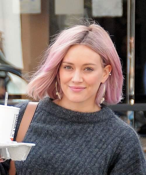 Mutine, Hilary Duff ajoute une nuance rose pastel à son blond